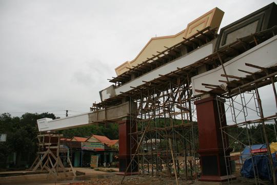 Choáng ngợp trước cổng chào tiền tỷ của huyện nghèo - 4