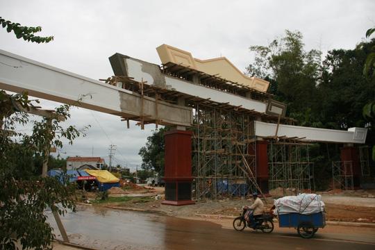 Choáng ngợp trước cổng chào tiền tỷ của huyện nghèo - 5