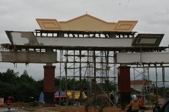 Choáng ngợp trước cổng chào tiền tỷ của huyện nghèo - 6