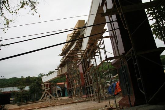 Choáng ngợp trước cổng chào tiền tỷ của huyện nghèo - 8