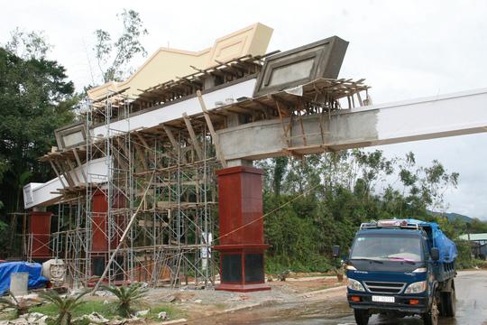 Choáng ngợp trước cổng chào tiền tỷ của huyện nghèo - 9