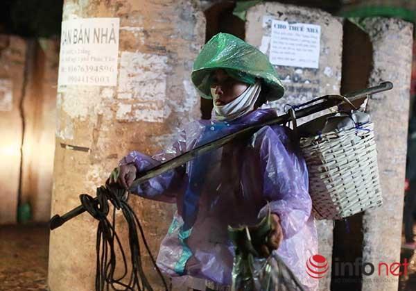 Những người phụ nữ dầm mình lao động trong giá rét - 10