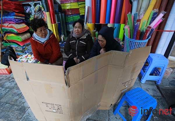 Những người phụ nữ dầm mình lao động trong giá rét - 4