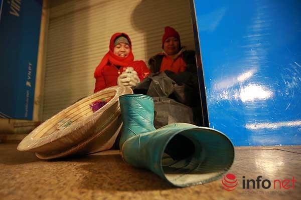 Những người phụ nữ dầm mình lao động trong giá rét - 8