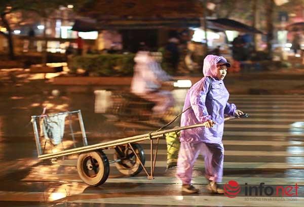 Những người phụ nữ dầm mình lao động trong giá rét - 9