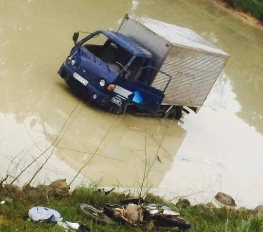 Xe tải tông chết 2 nữ công nhân rồi lao xuống ao - 1