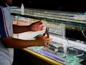 Tin tức Việt Nam - Cướp táo tợn đập tủ, hốt 10 lượng vàng trước mặt chủ tiệm