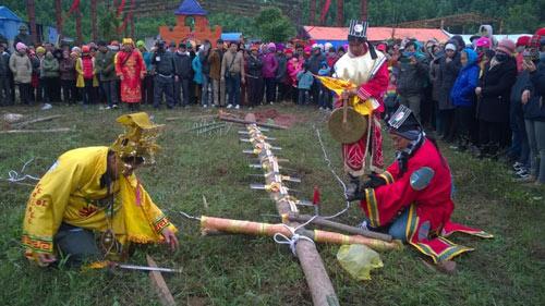 Rợn người lễ hội leo gươm, lội than hồng ở Quảng Ninh - 1