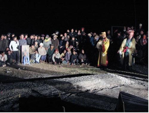 Rợn người lễ hội leo gươm, lội than hồng ở Quảng Ninh - 3