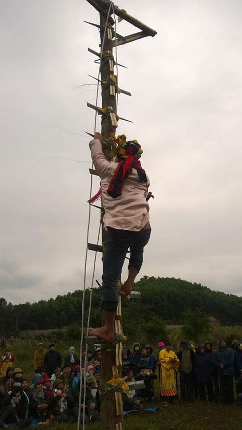 Rợn người lễ hội leo gươm, lội than hồng ở Quảng Ninh - 2