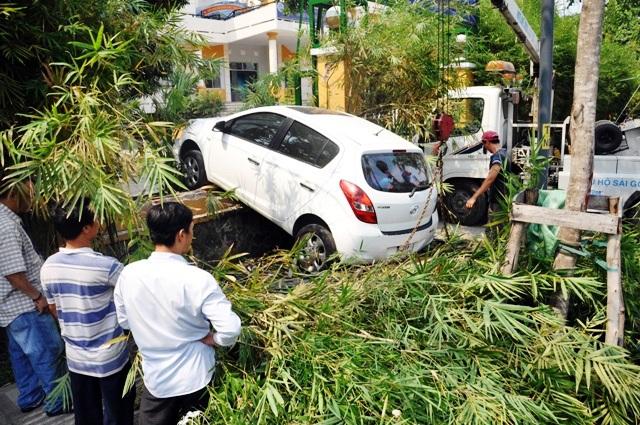 """Ô tô """"treo"""" lơ lửng trên vỉa hè gần sân bay Tân Sơn Nhất - 1"""