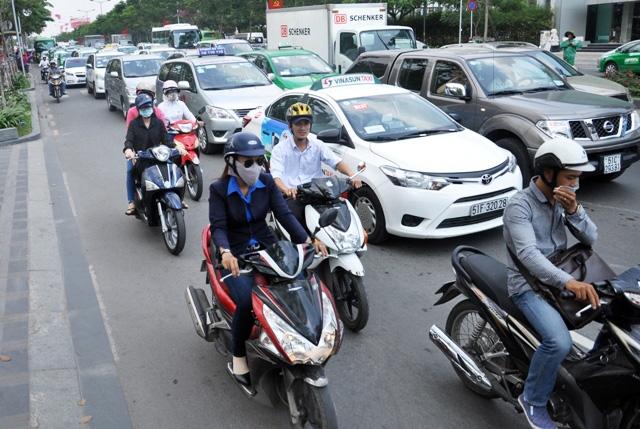 """Ô tô """"treo"""" lơ lửng trên vỉa hè gần sân bay Tân Sơn Nhất - 6"""