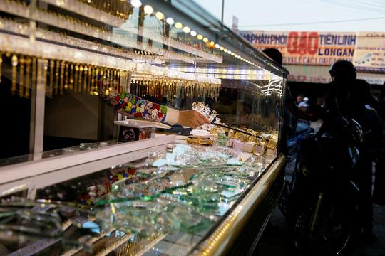 Camera ghi lại cảnh 2 tên cướp đập tủ kính hốt vàng - 4