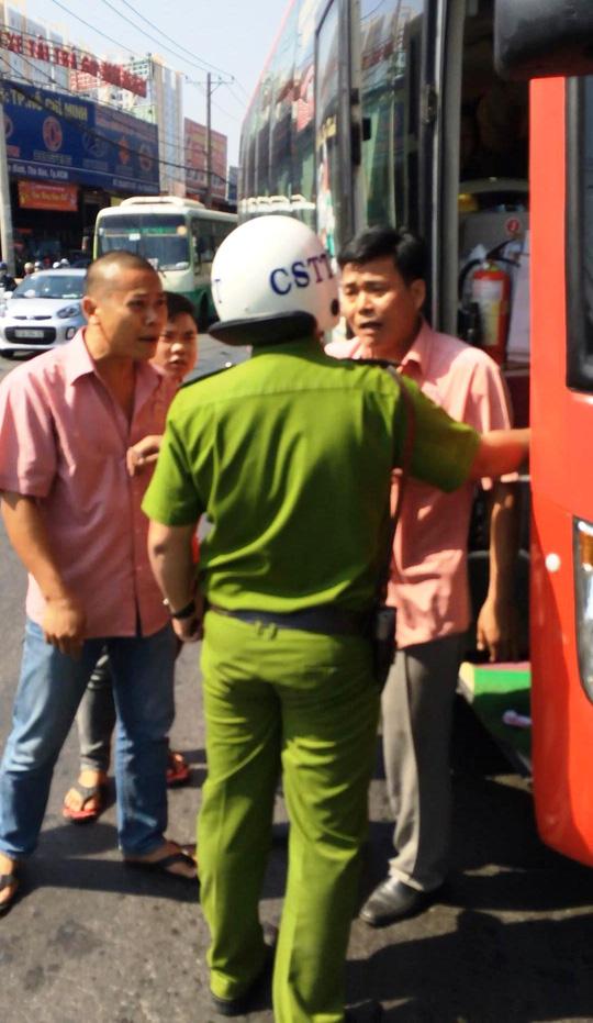 Cảnh sát nổ súng khống chế tài xế xe khách - 3