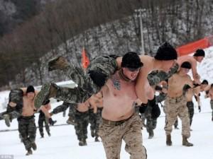 Ảnh: Binh sĩ Mỹ-Hàn cởi trần rèn luyện dưới trời -22 độ