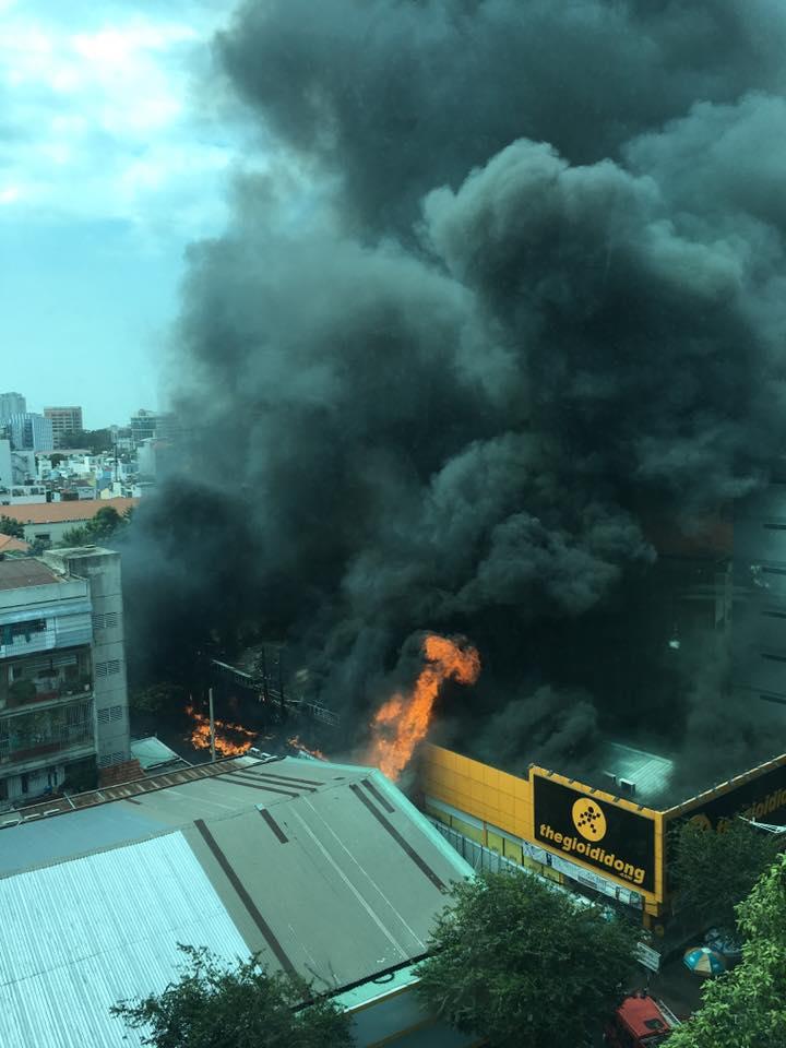 Cháy lớn ở trung tâm TPHCM - 1