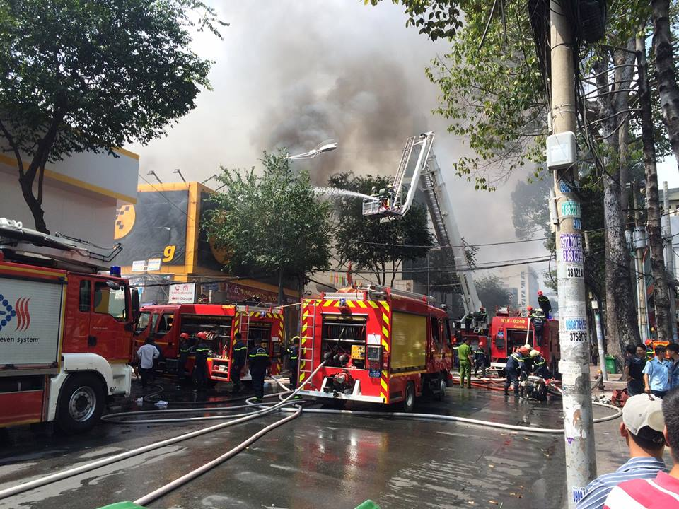 Cháy lớn ở trung tâm TPHCM - 4