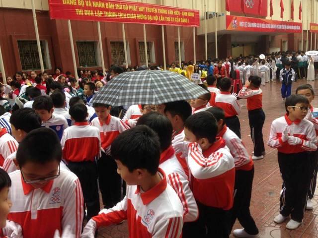 """Phụ huynh bức xúc vì con phải """"đội mưa"""" chờ diễu hành Hội khỏe Phù Đổng - 2"""