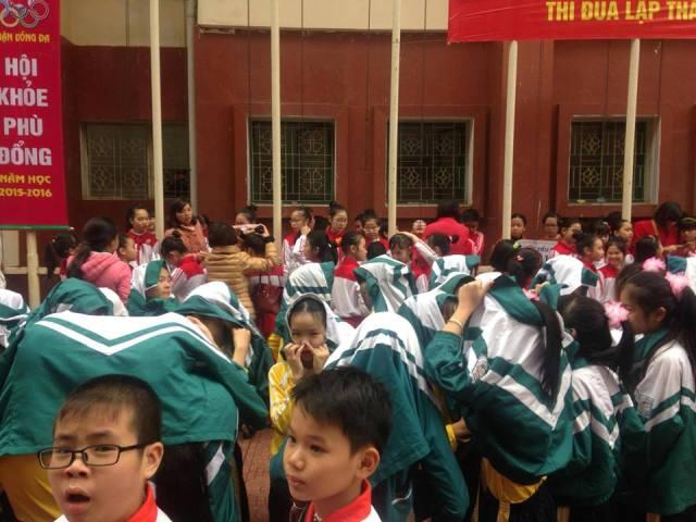 """Phụ huynh bức xúc vì con phải """"đội mưa"""" chờ diễu hành Hội khỏe Phù Đổng - 3"""