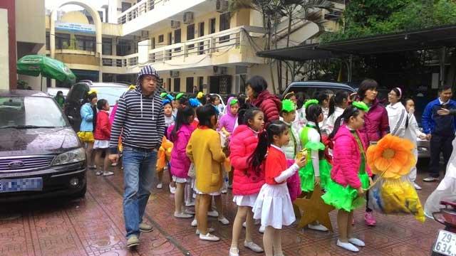 """Phụ huynh bức xúc vì con phải """"đội mưa"""" chờ diễu hành Hội khỏe Phù Đổng - 4"""