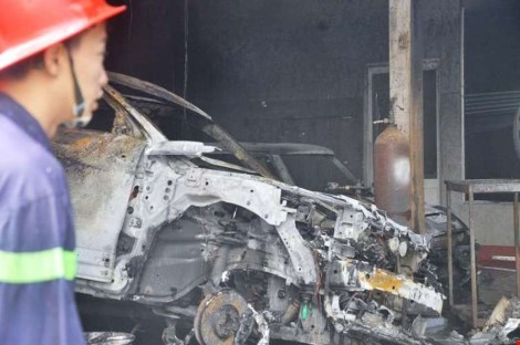 Ảnh: 5 siêu xe cháy trơ khung trong vụ cháy ở Sài Gòn - 2