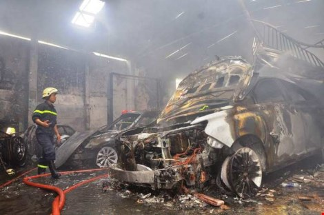 Ảnh: 5 siêu xe cháy trơ khung trong vụ cháy ở Sài Gòn - 7