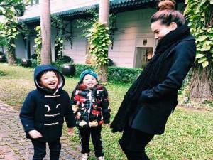 Đời sống Showbiz - Facebook sao 30/1: Hà Hồ dạy con cách đối diện thị phi