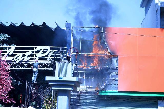 TPHCM: Cháy quán cà phê, khách nháo nhác bỏ chạy - 2