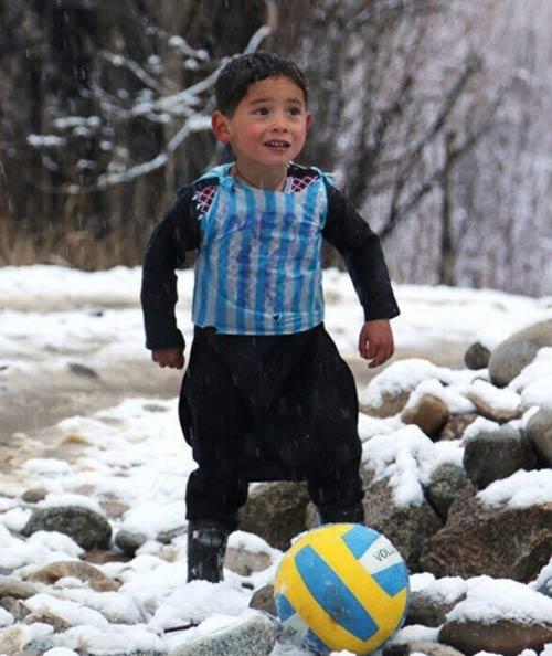 Messi sắp gặp cậu bé nghèo mặc áo đấu nilon gây sốt - 1