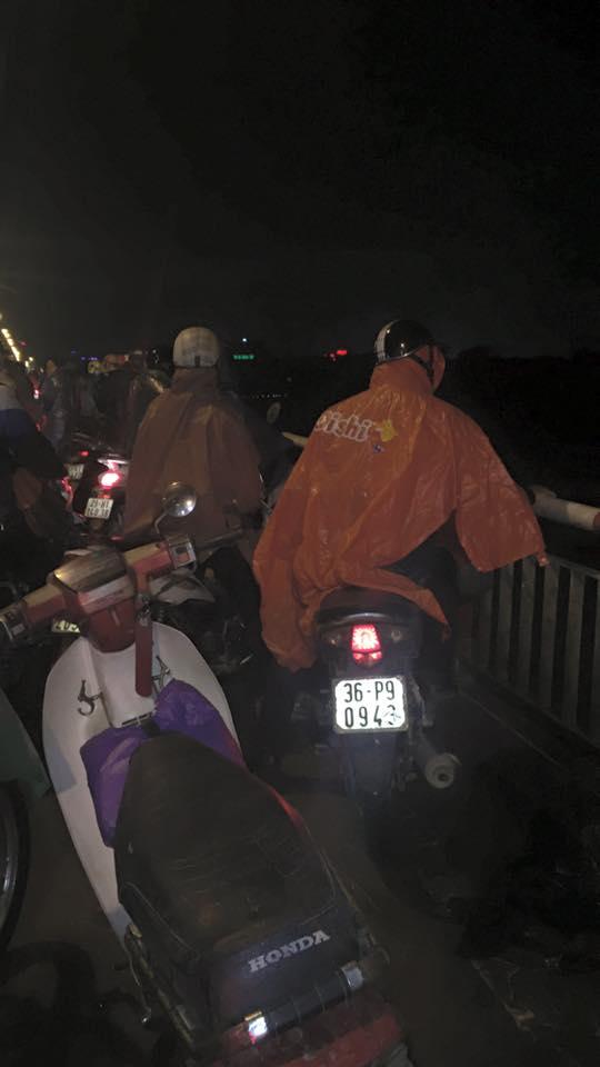 Đâm xe trên cầu Chương Dương, 1 người mất tích dưới sông - 1