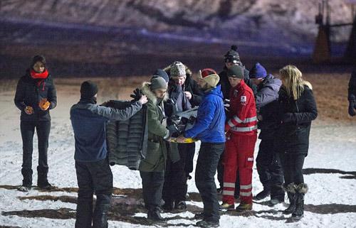 Tai nạn kinh hoàng: Bay 50km/h đập lưng xuống tuyết - 2