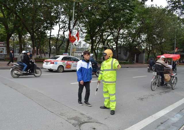 Người đi bộ bất ngờ khi bị CSGT kiểm tra, xử phạt - 2
