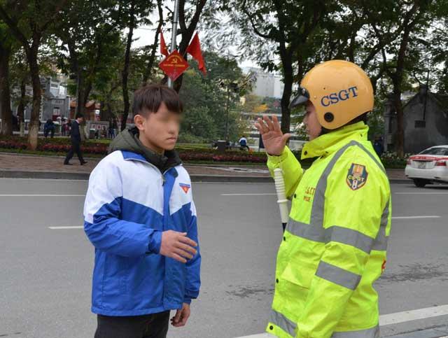 Người đi bộ bất ngờ khi bị CSGT kiểm tra, xử phạt - 3