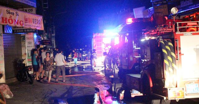 TPHCM: Cháy lúc rạng sáng, nhiều người leo nóc nhà cầu cứu - 1