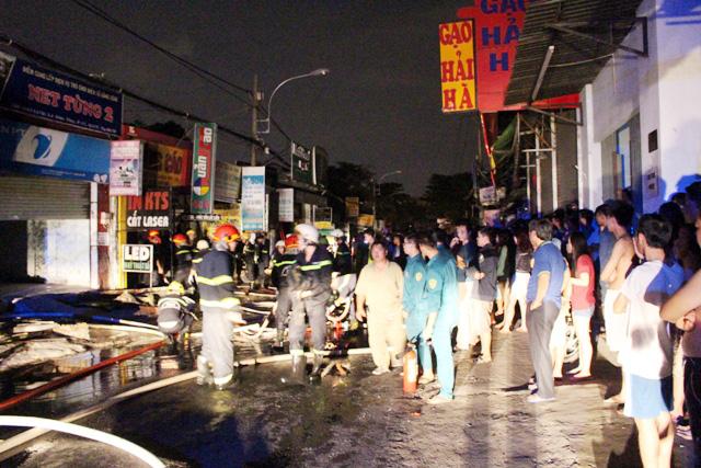 TPHCM: Cháy lúc rạng sáng, nhiều người leo nóc nhà cầu cứu - 2