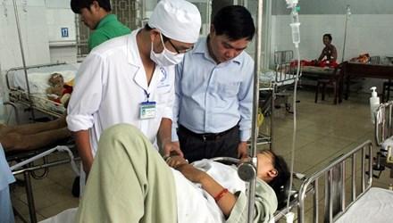 Xe khách lật nhào, 37 hành khách nhập viện cấp cứu - 1