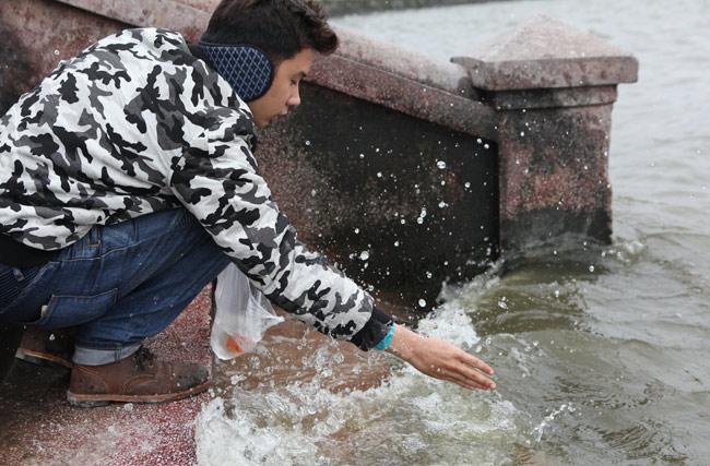 Ra Hồ Tây, cá chép Ông Táo gặp sóng to, gió lớn - 2