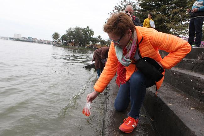 Ra Hồ Tây, cá chép Ông Táo gặp sóng to, gió lớn - 13