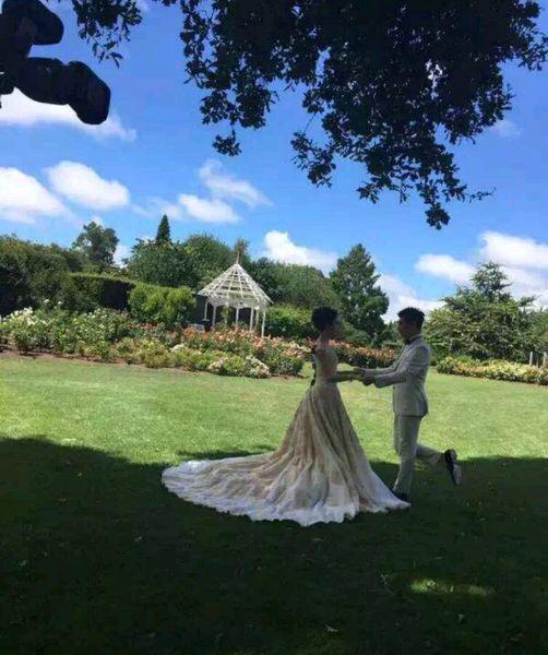 Lộ ảnh cưới lãng mạn của cặp sao 'Bộ bộ kinh tâm' - 4