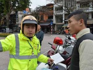 Tin tức trong ngày - Người đi bộ bất ngờ khi bị CSGT kiểm tra, xử phạt