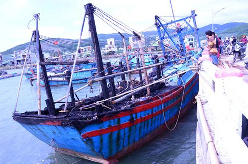 Quảng Ngãi cháy 3 tàu cá, thiệt hại hơn 5 tỉ đồng - 1
