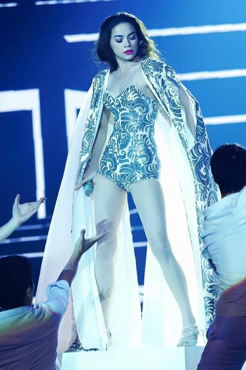 Tuyển tập trang phục biểu diễn siêu ngắn của Hà Hồ - 6