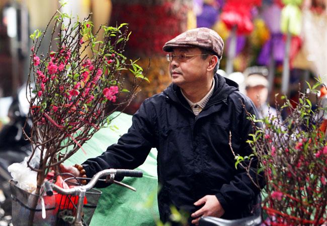 Ảnh: Sắc màu chợ hoa xuân phố cổ ngày cận Tết - 3