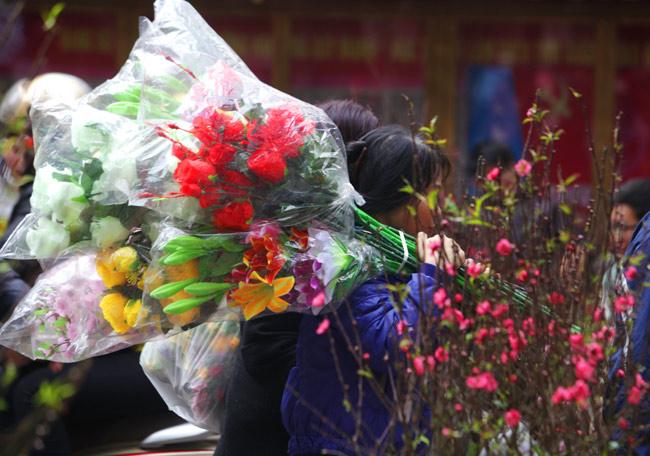 Ảnh: Sắc màu chợ hoa xuân phố cổ ngày cận Tết - 14