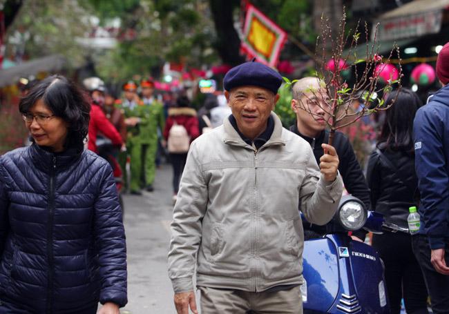 Ảnh: Sắc màu chợ hoa xuân phố cổ ngày cận Tết - 7