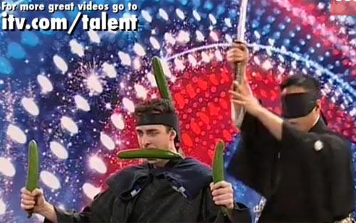 Samurai bịt mắt múa kiếm chém dưa trên đầu bạn diễn - 1