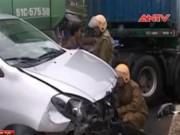Video An ninh - Container tông xe du lịch, 7 người may mắn thoát chết