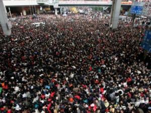 TQ: Kinh hoàng trăm nghìn người ken đặc chờ tàu Tết