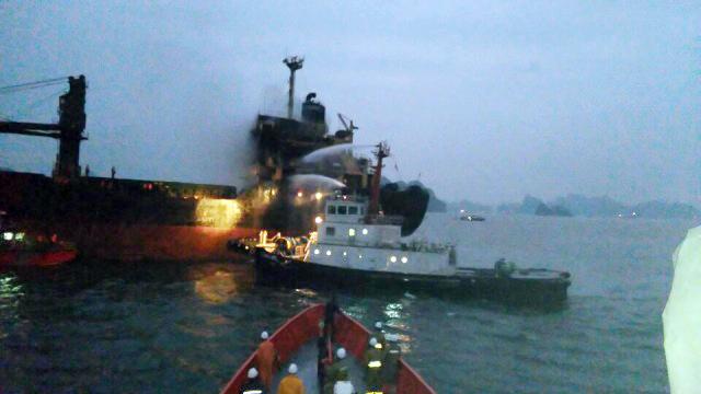 Cứu 18 thuyền viên trên con tàu bốc cháy giữa biển - 1