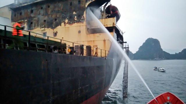 Cứu 18 thuyền viên trên con tàu bốc cháy giữa biển - 2